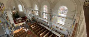 Gerüstaufbau in der Kirche
