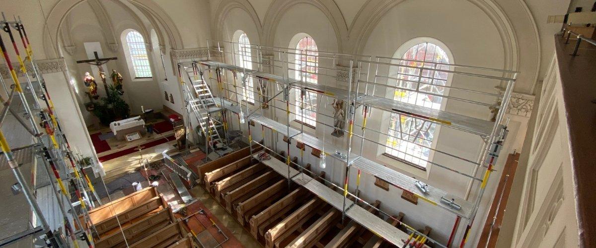 Kirchensanierung: Gerüst-Aufbau im Zeitraffer